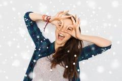 Adolescente feliz que hace la cara y que se divierte Fotografía de archivo