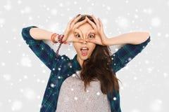 Adolescente feliz que hace la cara y que se divierte Foto de archivo