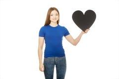 Adolescente feliz que lleva a cabo el corazón de papel Fotografía de archivo libre de regalías