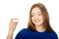 Adolescente feliz que lleva a cabo la prueba de embarazo Fotos de archivo libres de regalías