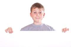Adolescente feliz que lleva a cabo una forma en blanco Fotos de archivo libres de regalías