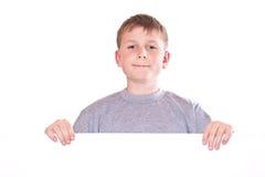 Adolescente feliz que lleva a cabo una forma en blanco Fotografía de archivo libre de regalías