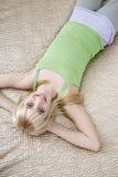 Adolescente feliz que miente en cama Fotos de archivo