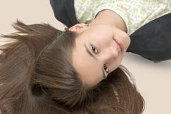 Adolescente feliz que miente en una cama Fotos de archivo