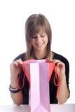 Adolescente feliz que mira en su bolso de compras Imagen de archivo