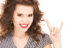 Adolescente feliz que muestra a cuernos del diablo gesto Foto de archivo libre de regalías