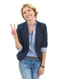 Adolescente feliz que muestra gesto de la victoria Imagen de archivo libre de regalías