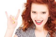 Adolescente feliz que muestra gesto de los claxones del diablo Fotos de archivo