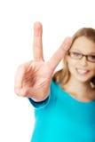 Adolescente feliz que muestra la muestra de la victoria Fotografía de archivo