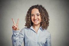 Adolescente feliz que muestra la victoria o el signo de la paz Foto de archivo libre de regalías
