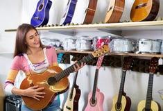 Adolescente feliz que presenta con la guitarra clásica Imágenes de archivo libres de regalías