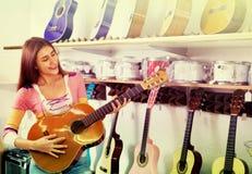 Adolescente feliz que presenta con la guitarra clásica Fotos de archivo libres de regalías