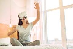 Adolescente feliz que prueba las auriculares de VR Imagen de archivo libre de regalías