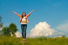 Adolescente feliz que salta en el fondo del verano al aire libre Imagen de archivo