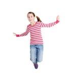 Adolescente feliz que salta en fondo aislado blanco Fotos de archivo