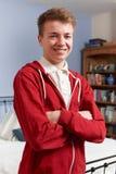 Adolescente feliz que se coloca en dormitorio Fotografía de archivo libre de regalías