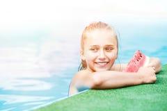 Adolescente feliz que se relaja en piscina Imágenes de archivo libres de regalías