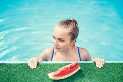 Adolescente feliz que se relaja en piscina Fotografía de archivo libre de regalías