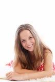 Adolescente feliz que se relaja en una alfombra Fotos de archivo