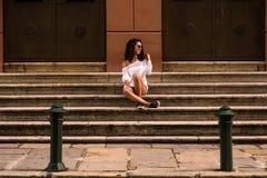 Adolescente feliz que se sienta en las escaleras Fotografía de archivo