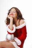 Adolescente feliz que soña con la bola de la Navidad Fotos de archivo