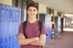 Adolescente feliz que sonríe en pasillo de la High School secundaria Imagenes de archivo