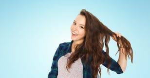 Adolescente feliz que sostiene el filamento de su pelo Fotos de archivo libres de regalías