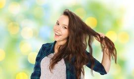 Adolescente feliz que sostiene el filamento de su pelo Fotos de archivo