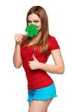 Adolescente feliz que sostiene la hoja del trébol Imagenes de archivo