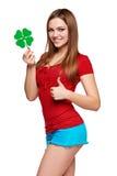 Adolescente feliz que sostiene la hoja del trébol Fotografía de archivo libre de regalías