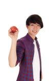 Adolescente feliz que sostiene la manzana roja Fotos de archivo