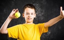 Adolescente feliz que sostiene una pelota de tenis Fotos de archivo