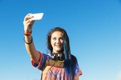 Adolescente feliz que toma Selfie en parque Fotografía de archivo libre de regalías