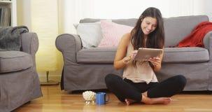 Adolescente feliz que usa la tableta Imagen de archivo libre de regalías