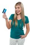 Adolescente feliz que visualiza la tarjeta de crédito Fotos de archivo