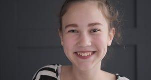 Adolescente feliz almacen de video
