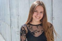 Adolescente feliz sobre fondo urbano Imagen de archivo