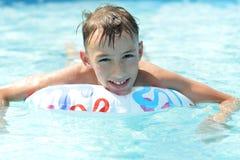 Adolescente feliz sweeming en piscina Imagen de archivo