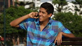 Adolescente feliz usando el teléfono celular Imagen de archivo