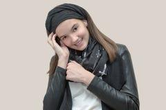 Adolescente feliz y alegre en estilo de la roca Foto de archivo