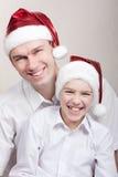 Adolescente feliz y hombre en el sombrero de santa Imágenes de archivo libres de regalías