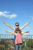 Adolescente feliz y niña Imágenes de archivo libres de regalías