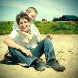 Adolescente feliz y niño al aire libre Foto de archivo