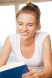 Adolescente feliz y sonriente con el libro Fotografía de archivo libre de regalías