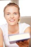 Adolescente feliz y sonriente con el libro Imagen de archivo