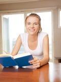 Adolescente feliz y sonriente con el libro Imágenes de archivo libres de regalías