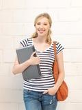 Adolescente feliz y sonriente con el ordenador portátil Foto de archivo libre de regalías