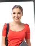 Adolescente feliz y sonriente con el ordenador portátil Fotografía de archivo libre de regalías