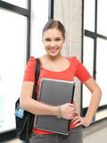 Adolescente feliz y sonriente con el ordenador portátil Fotos de archivo libres de regalías