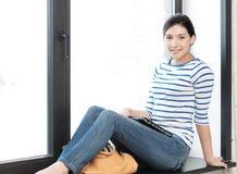 Adolescente feliz y sonriente con el ordenador portátil Fotografía de archivo